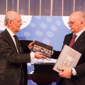 Entregra libros Clausura I Congreso Nacional de la Sociedad Civil