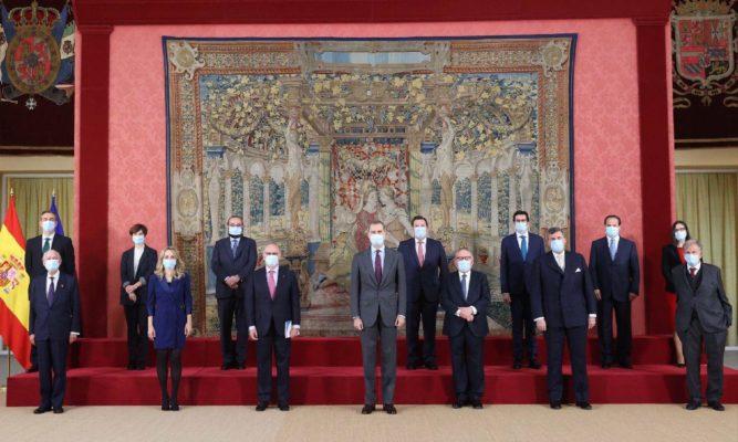 """Entrega del Libro """"Repensar España"""" a S.M. el Rey Felipe VI"""